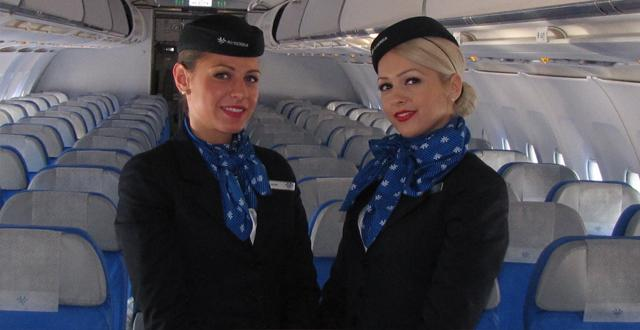 דיילות חברת אייר סרביה בטיסה לבלגרד (צילום: עוזי בכר)