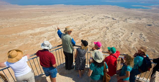 מתי נראה שוב את המראות של תיירים עם מורה דרך בישראל. צילום Depositphotos