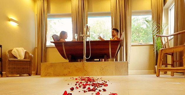 אמבטיית חלב סוסים זוגית בספא הייחודי של מלון INSELHOTEL. צילום אתר המלון