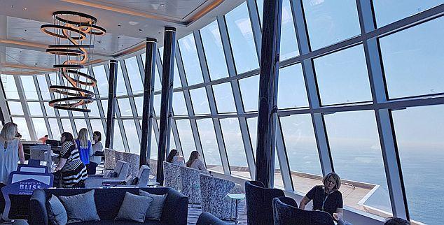 OBSERVATION LOUNGE ( סיפון 15 ) - היהלום שבכתר באנייה החדשה, 180 מעלות של תצפית דרך זכוכיות ענק למראה מושלם של נופי אלסקה או הקריביים, ישובים בכורסאות נוחות ומשקה טוב לחימום האווירה. צילום עוזי בכר