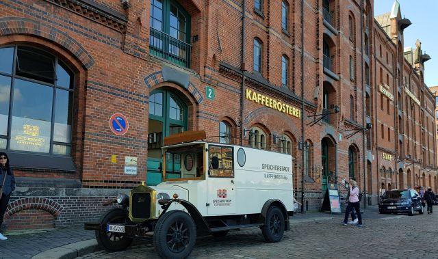 Speicherstadt Kaffeerösterei – בית קפה ייחודי בו מייצרים, מוכרים ושותים קפה טוב לצד עוגות מיוחדות. צילום עוזי בכר