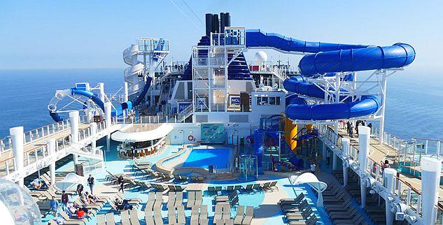 AQUA RACER- חלק מפארק המים באנייה הכולל 6 צינורות מתפתלים היורדים מגובה רב. OCEAN LOOPS – לבעלי לב חזק. צילום עוזי בכר