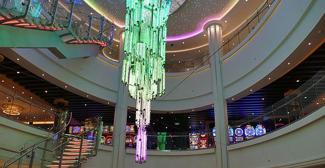 שנדליר ענק בשלל צבעים באטריום המרכזי בן 3 קומות, המהווה את לב ליבה של האנייה. צילום עוזי בכר
