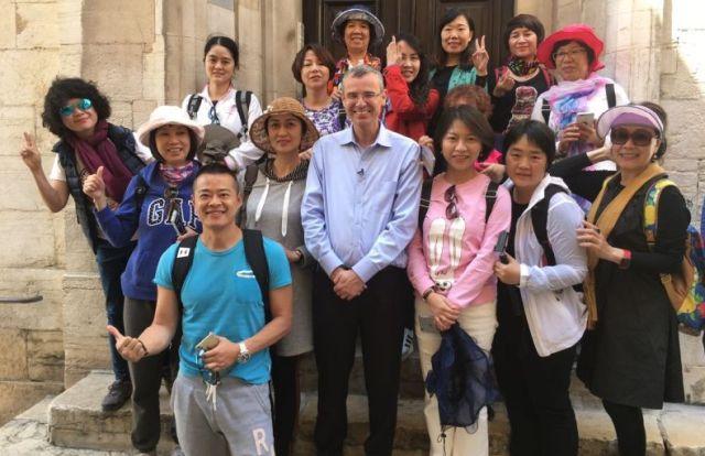 """שר התיירות יריב לוין עם תיירים סינים. להוסיף חדרים בתל אביב במהירות. צילום יח""""צ"""