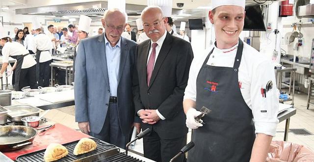 אחד מפרחי הטבחים הגרמניים עם שגריר גרמניה בישראל קלמנס פון גטצה (במרכז) ומנכל משרד העבודה והרווחה אביגדור קפלן. צילום יחצ