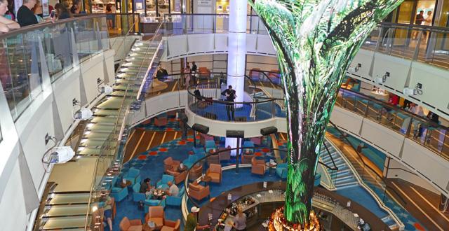 האלמנט הבולט ביותר באוניה הוא הקונוס בגובה שלוש קומות באטריום . צילום עוזי בכר