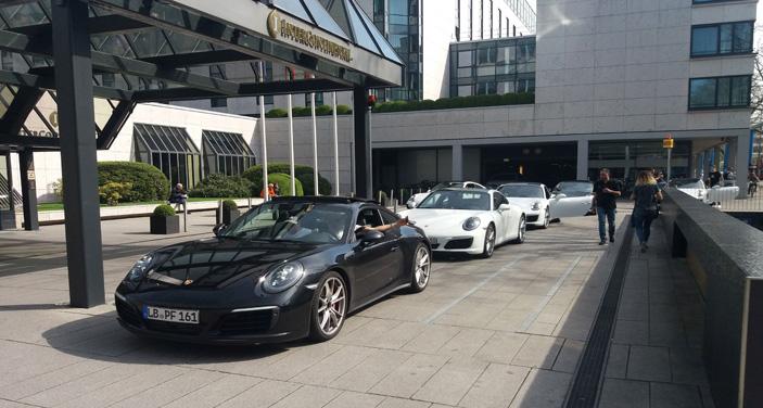 שיירת מכוניות הפורשה לפני מלון אינטרקונטיננטל בברלין. צילום יצחק רביחיא