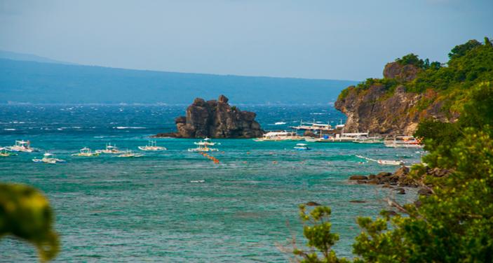 האי מינדנאו בדרום הפיליפינים בה ממוקמת דבאו סיטי . צילום Depositphotos