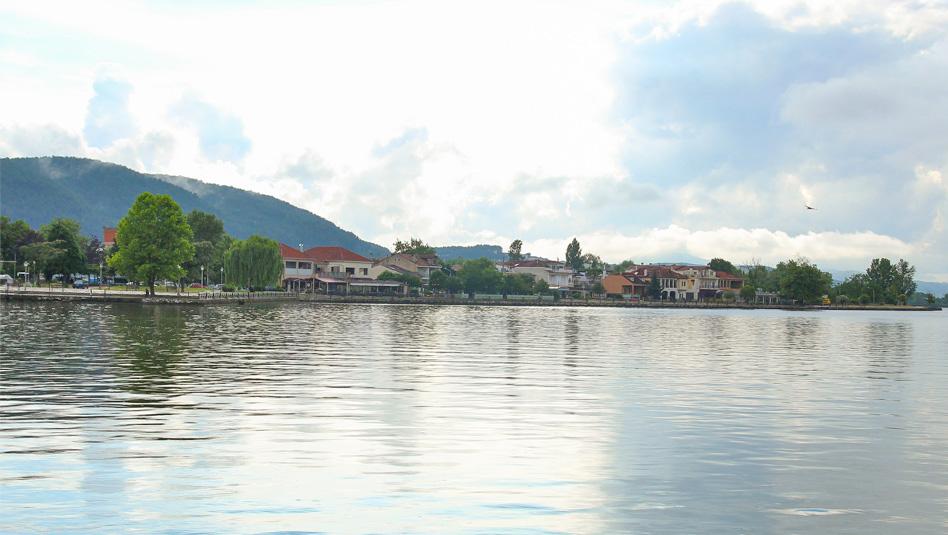 אגם פאמבוטיס שלאורכו ממוקמת העיר יואנינה. צילום ליטל ליכט
