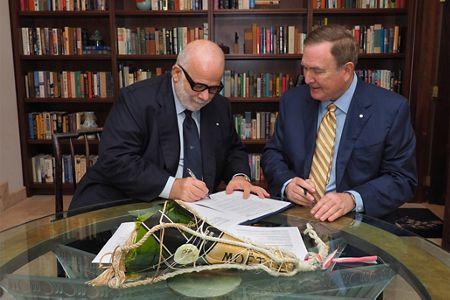 תאגיד רויאל קריביאן וחברת השיט סילברסי חותמים על ההסכם. צילום אתר סילברסי