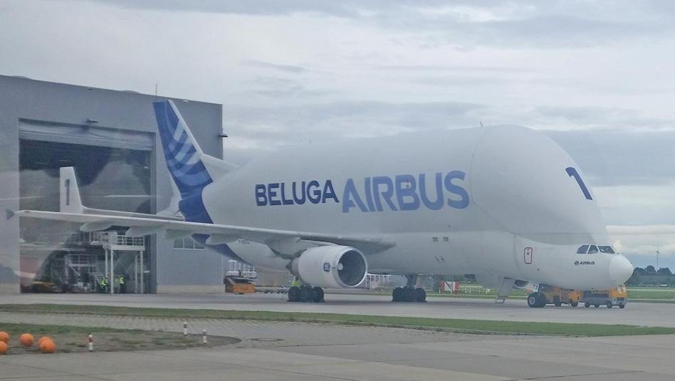 מטוס בלוגה בגרסתו הישנה על המסלול במפעל איירבוס בהמבורג. צילום עוזי בכר