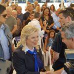 """שרה נתניהו במדי דיילת השתתפה בקבלת פני המטוס """"רחובות"""" של אל על"""