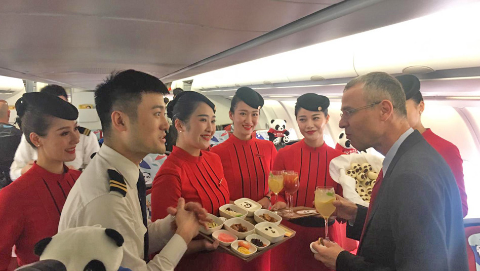שר התיירות, יריב לוין, בטעימה ממלכתית במטוס חברת סצ׳ואן איירליינס . צילום משרד התיירות