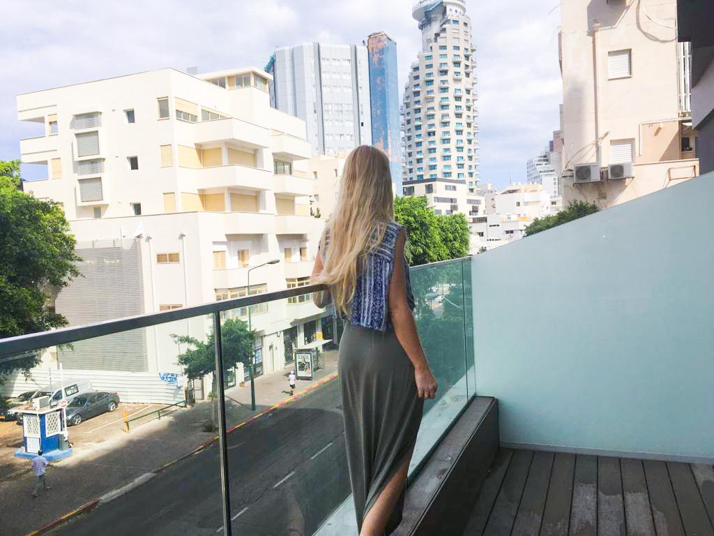 המרפסת הגדולה בחדר משקיפה על העיר