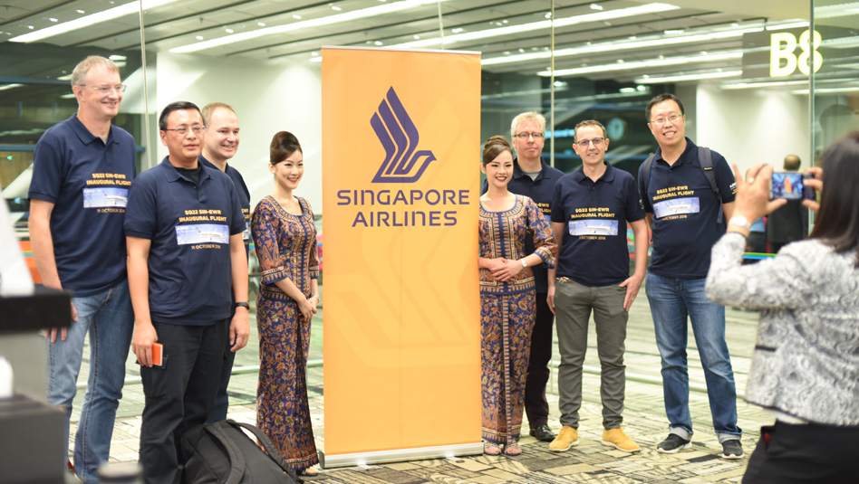 הנוסעים וצוות המטוס בטקס השקת הטיסה הארוכה בעולם. צילום: סינגפור איירליינס