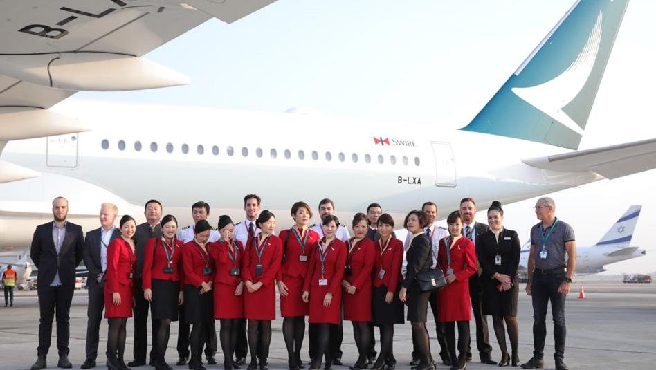 """צוות קתאי פסיפיק ברקע מטוס האיירבוס A350-100 שנחת בנתב""""ג. צילום יח""""צ"""