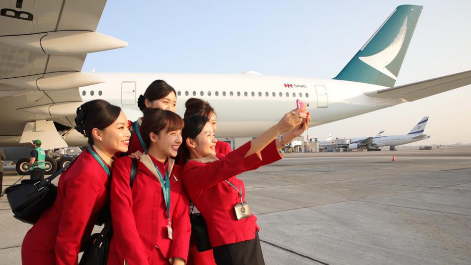 """סלפי משותף לדיילות קתאי פסיפיק בנתב""""ג לצד מטוס האיירבוס A350-1000. צילום יחץ"""