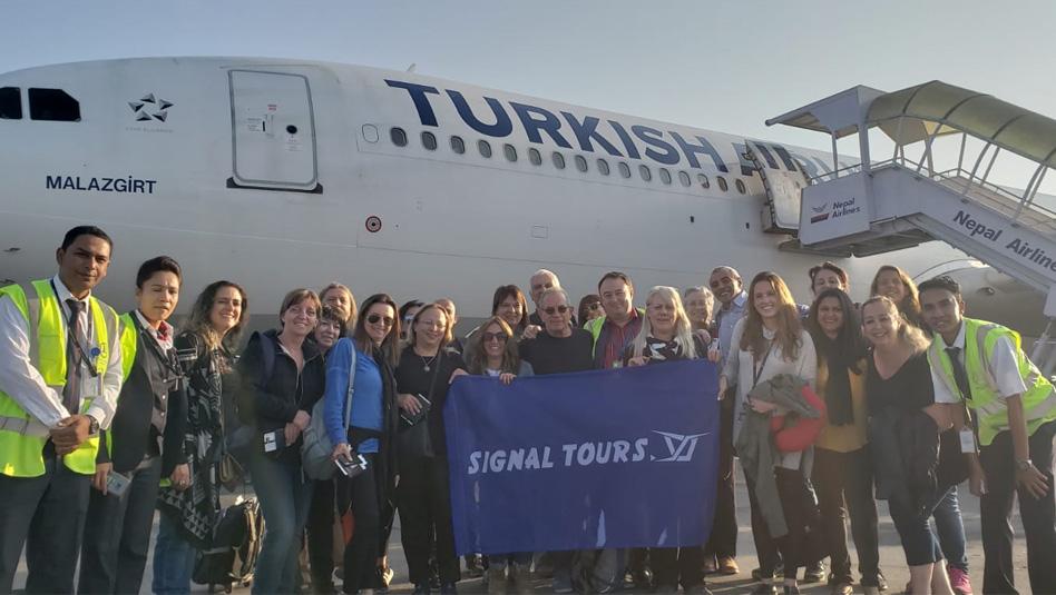 עובדי סיגנל טורס בדרכם לנפאל במטוס טורקיש איירליינס. צילום סיגנל טורס
