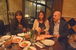 """משמאל, שרת התיירות של יוון אלנה קונטורה עם חני סובול ונשיא התאחדות סוכני הנסיעות של יוון ליסנדרוס צילידס, בתל אביב. צילום יח""""צ"""