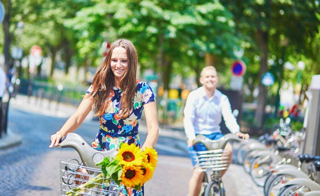 רוכבי אופניים בפריז. להשאיר את האוטובוסים התיירותיים מחוץ ללב העיר. צילום Depositphotos