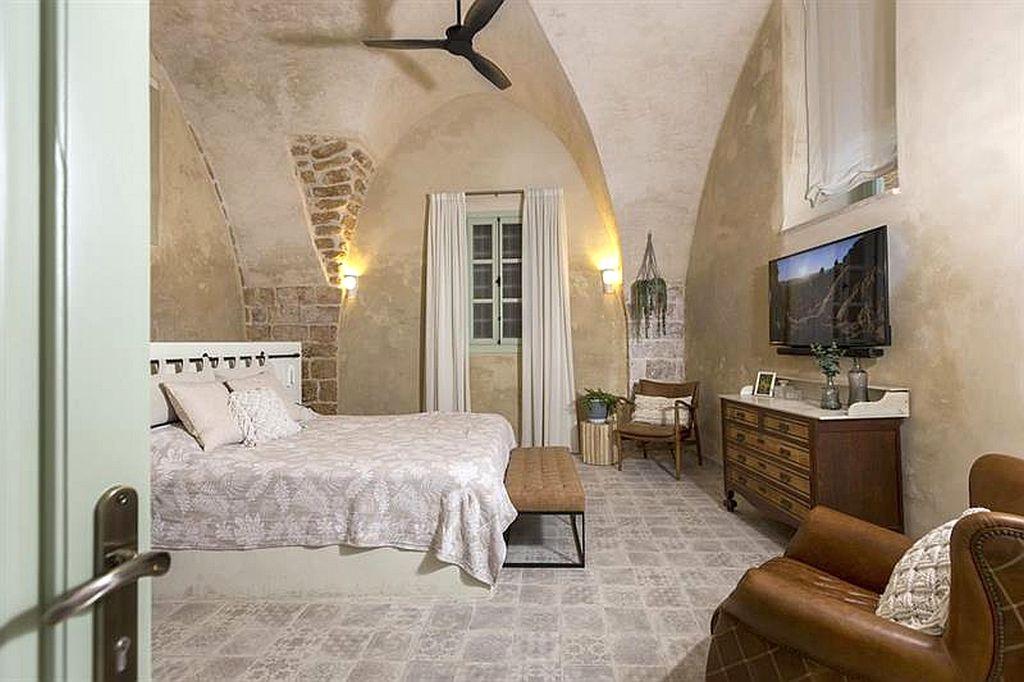 סוויטה של מלון עכותיקה בעכו העתיקה, משולבת בתוך מבנה עתיק. צילום שני הלוי