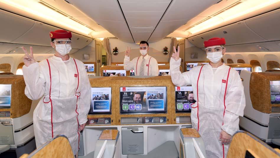 דיילי מחלקה ראשונה בחברת אמירייטס מחוסני קורונה בטיסה ללוס אנג'לס. צילום אמירייטס