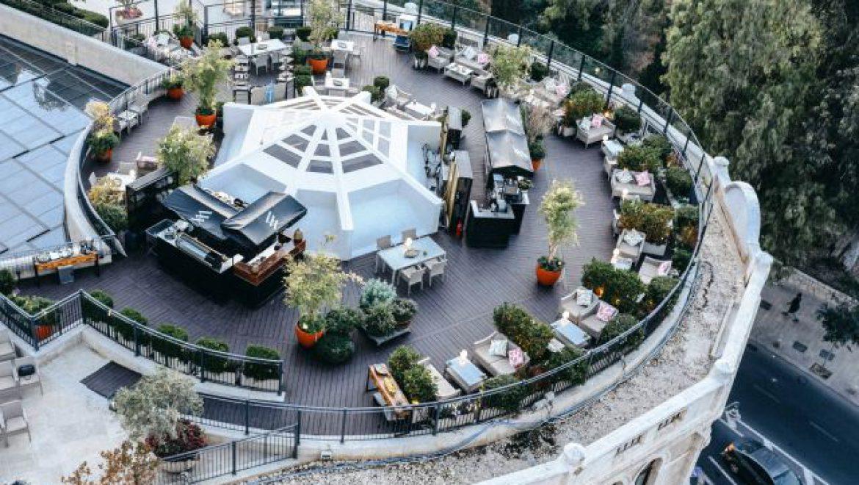 קיץ של ג'ין וטוניק בגינת הגג של הוולדורף אסטוריה בירושלים