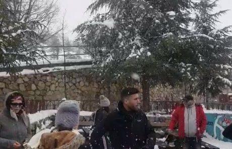 שלג יורד באתר החרמון – חוויית חורף באביב