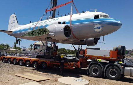 מטוס הדקוטה עובר מנמל אילת לנמל רמון