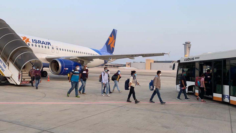 דוקטורנטים הודים הגיעו לישראל בטיסה מיוחדת של ישראייר