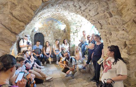 'מסע אל הניגון של צפת': סיורים מנגנים בסמטאות צפת הקסומות, בסוכות